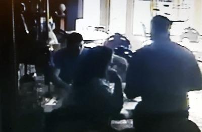 サムスンのスマートフォンがカフェで突如発火 監視カメラが捉える