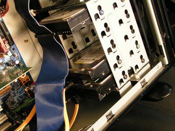 HDDのSATAと電源ジャックに離れて存在している謎の4ピンは何?