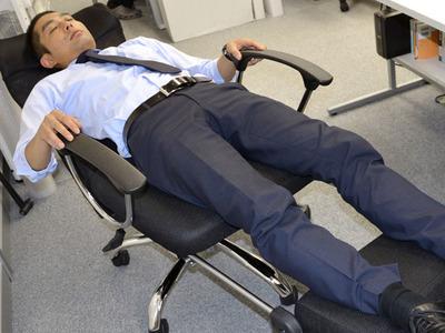 サンコー、簡易ベッドにもできるオフィスチェアを発売 「残業や泊まりでの仕事が多い人にお勧め」
