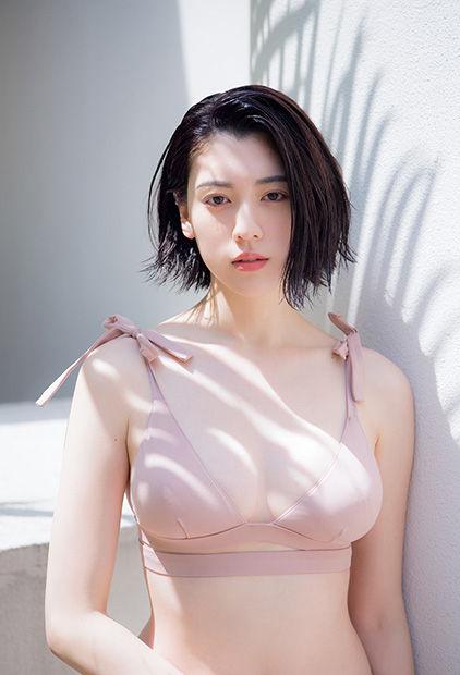 三吉彩花(21)ボイン乳が隠しきれない水着グラビアが抜ける。。【エロ画像】