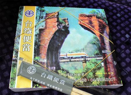 【台湾】車内に充満する甘辛いようないい匂い、白飯の上に大きな骨付きの豚バラ肉がどどん…台湾鐵路の駅弁は、日本と中国のいいとこ取り