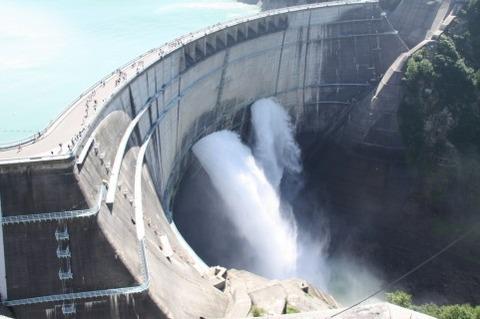 ダムのモノマネしてたら壁ドンされた(´・ω・`)