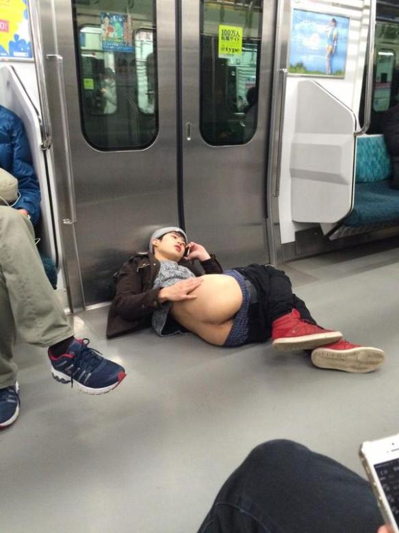 【悲報】電車内でケツ丸出しで床に寝転び電話する男が現るwwwwwwwwwww