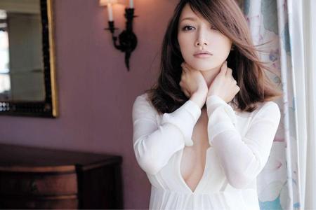 後藤真希、谷間エロすぎセクシー妊婦ショットを披露!