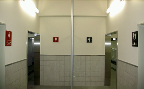 男子トイレが満員だったから女子トイレ入ろうとした結果wwwwwwwww