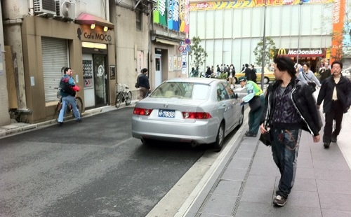 車がやっとすれ違えるぐらいの道で路駐してるゴミってなんなの?