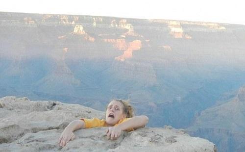 女(50㎏)「きゃー!崖から落ちたわ!」 お前「この手に捕まれー!」