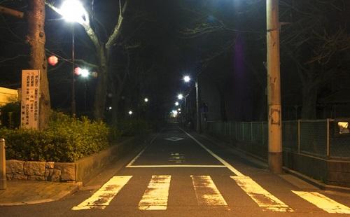 【驚愕】おまえら夜道の一人歩きはマジでやめとけ