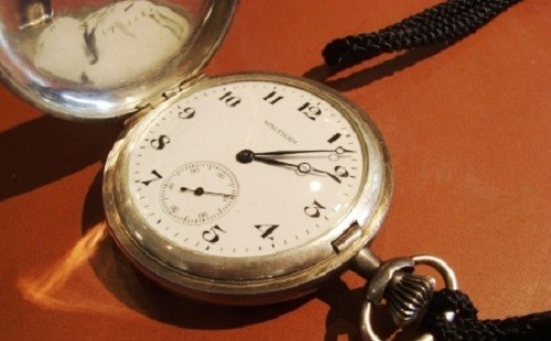 上司「お前時計したほうがいいで」俺「え?持ってますよ懐中時計(ズイッ」