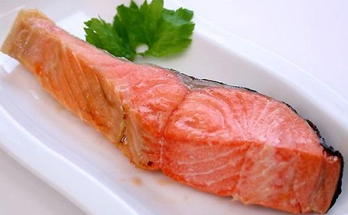 焼鮭の皮食べる奴wwwwwwwwwwww