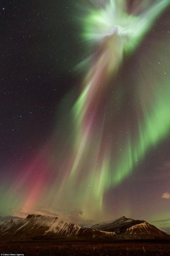 アイスランドでオーロラのなかにキリストが現れたと話題!始まったか・・・(画像あり)