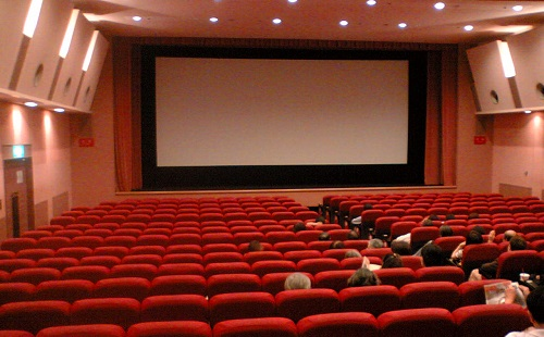 お前ら、1人で映画観に行ける?