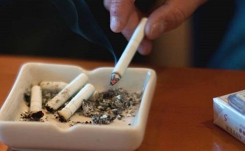 ベランダでタバコ吸ってたら上の階の人が「くっせッッ!!!」って叫んできたwwwwww