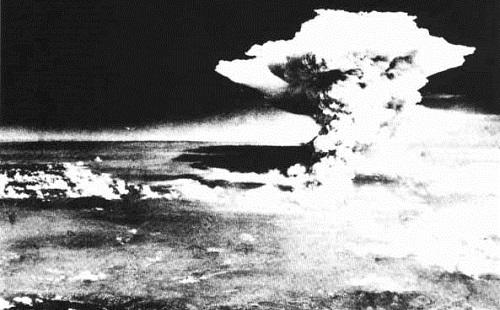 もし第二次世界大戦中に、日本がアメリカより先に核兵器作ってたら現在どうなってんだろうな