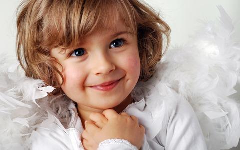 Cute-little-girl-a-sweet-smile_2560x1600