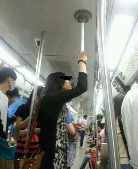 【画像】電車にヤバい奴いるんだがwwwwwwwwww
