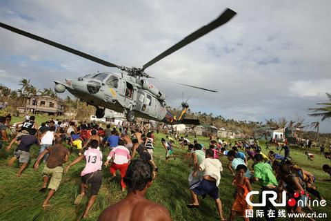 【画像】フィリピンタイフーンの援助物資配送がもはやカオスレベルと話題に!!!