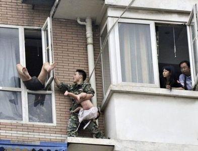 八階から落とされそうな少女を救出06