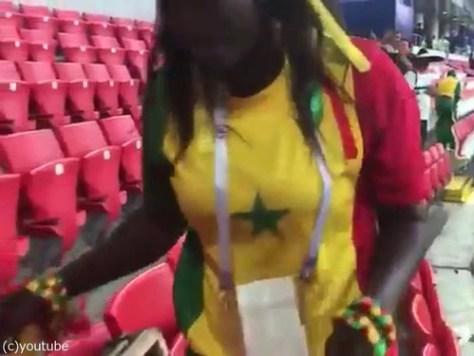 セネガルも試合の後に掃除をしてる00