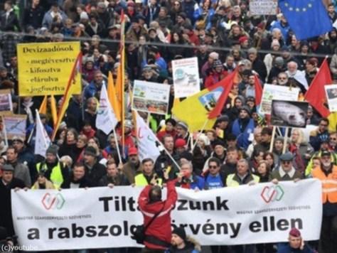 ハンガリーで大規模デモ