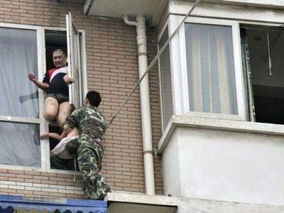 八階から落とされそうな少女を救出04