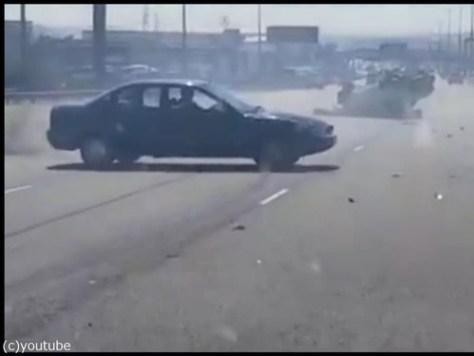 衝突事故を起こして逃げる車00