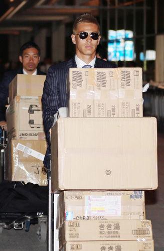 本田圭佑が黙々チームのダンボールをトラックに運ぶ姿がマフィアみたいと話題に 【画像あり】