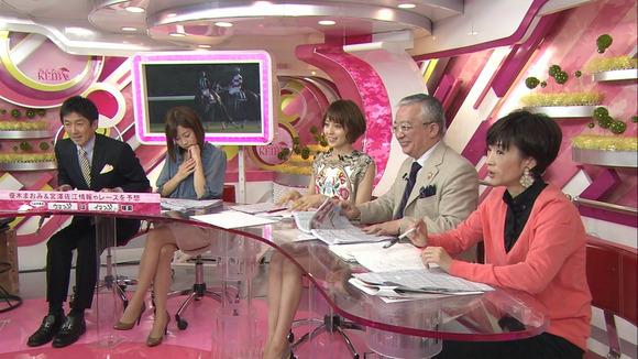 【画像あり】フジテレビ松尾翠アナ(29)がスタジオで足を組んでよそ見しているのが映り実況民に叩かれる