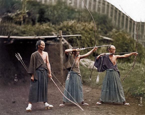 モノクロ写真に着色したら作品が見事によみがえった / 弓を構える武士の姿が最高にカッコいい