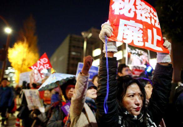「あきらめない」官邸前で秘密保護法反対デモ