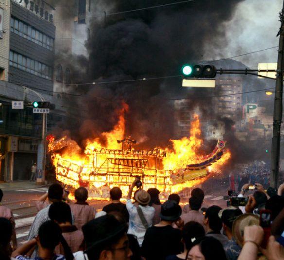 精霊流しで火災 船が全焼(画像)