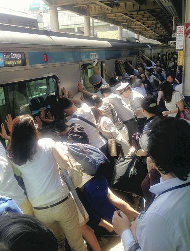 電車に挟まれた女性救出のため自主的に電車を降り、乗客総出で救出作業