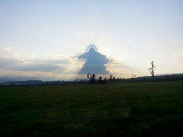 空を見上げると、そこには天使がいた…スロバキアで神々しい雲が撮影される→学者「ただの積層雲」