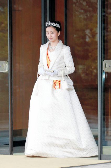 佳子さま、皇居で成年行事 ティアラにドレス姿披露(写真)