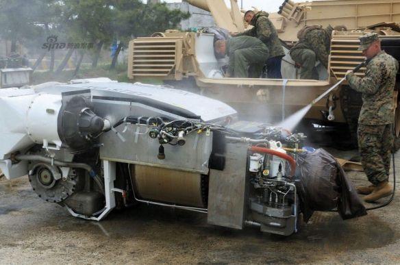 アメリカ軍、「戦車の洗い方」を公開…高圧洗浄機でエンジンを直接洗浄!