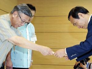 沖縄の翁長知事、菅官房長官に支援要請 自民党内には「移設は反対だけど、『振興策はほしい』は通用しない」との批判も