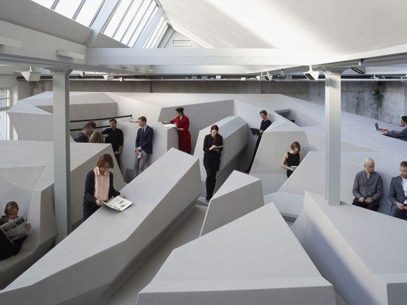 「動く」という観点から考えた机も椅子もない「未来のオフィス」(写真あり)