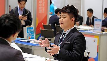 朝日新聞「就職難の韓国人学生の皆さん、日本で就職しませんか?」