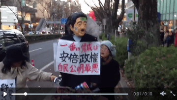 【画像】SEALDsデモ参加者が安倍総理のお面をハンマーで叩きながら行進