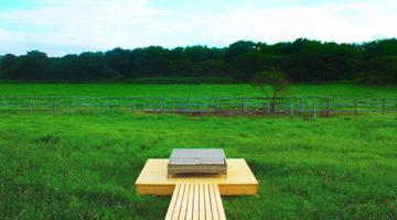 大自然にベッドだけの「天井も壁もないホテル」がオープン、1泊2日2食付きで4万3200円…北海道