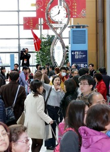 """【京都】「まるで上海だ。日本情緒がない」 欧米系観光客から""""ガッカリ""""の声相次ぐ、予定短縮ケースも…中国人観光客やりたい放題"""