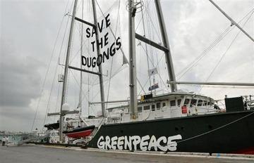 【沖縄】グリーンピースの抗議船「虹の戦士号」が那覇に到着