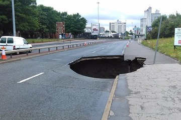 【博多道路陥没】「巨大な穴を1週間で修復」…英米メディア驚嘆、マンチェスターでは10か月かかった