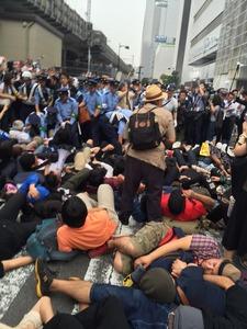 【横浜】安保反対派が道路に寝転んで進路妨害 → 「警察に弾圧されている」と被害者アピール