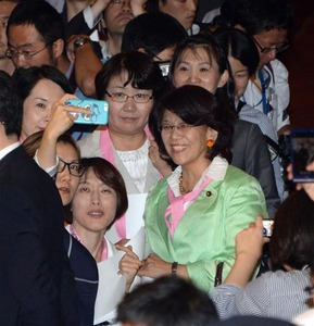 【安保】民主党が女性の壁で委員会妨害 → 女性衛視が排除 → 「女を利用するな!」と逆ギレwwwww