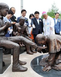 【マジキチ】「韓国人は霊的に生まれ変われ」と発言した法王に、韓国人が銅像で復讐