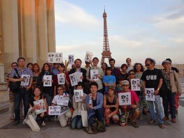 【マジキチ】安保反対派がパリ・エッフェル塔前で観光客に嫌がらせ
