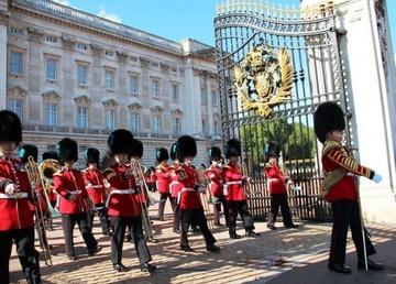「エリザベス女王を刺殺するつもりだった」 バッキンガム宮殿の正門から侵入の中国人留学生を逮捕