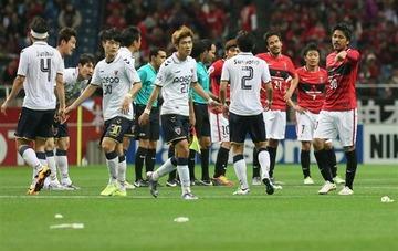 【サッカーゴミ捨て事件】韓国メディア「日本の観客が捨てたゴミを韓国選手が拾った」と捏造報道