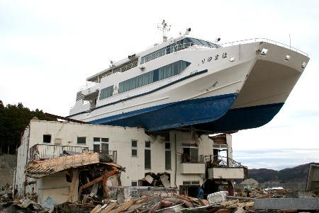 【社会】大槌町「津波で民宿の上に乗った観光船を復元したいから4億5千万円の寄付ヨロ^^」 → 355万円しか集まらず失敗